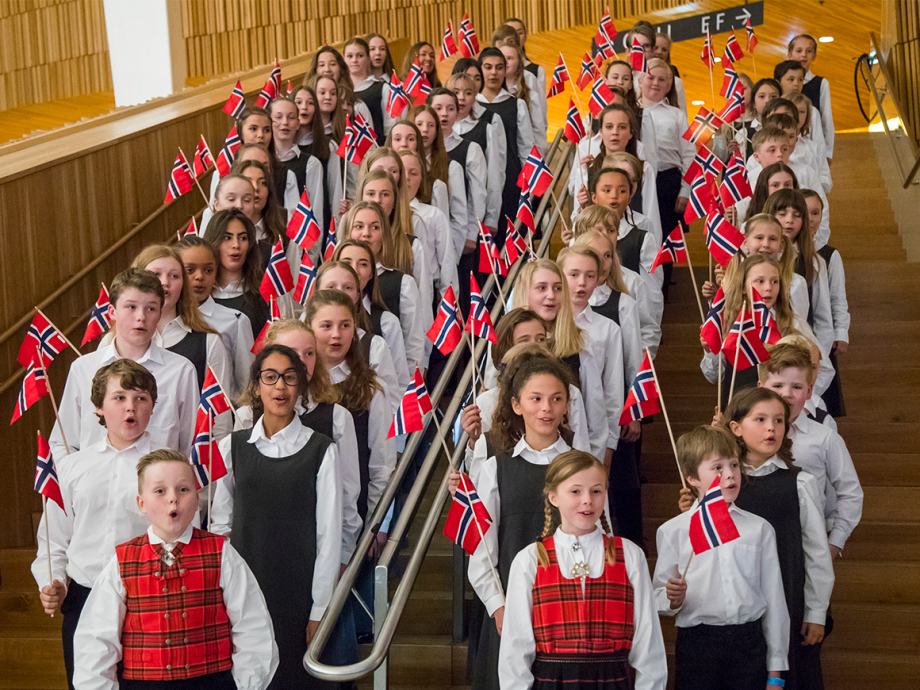 The Norwegian National Opera Children's Chorus sang the birthday song for King Harald and Queen Sonja at the Oslo Opera House. Photo: Heiko Junge / NTB scanpix